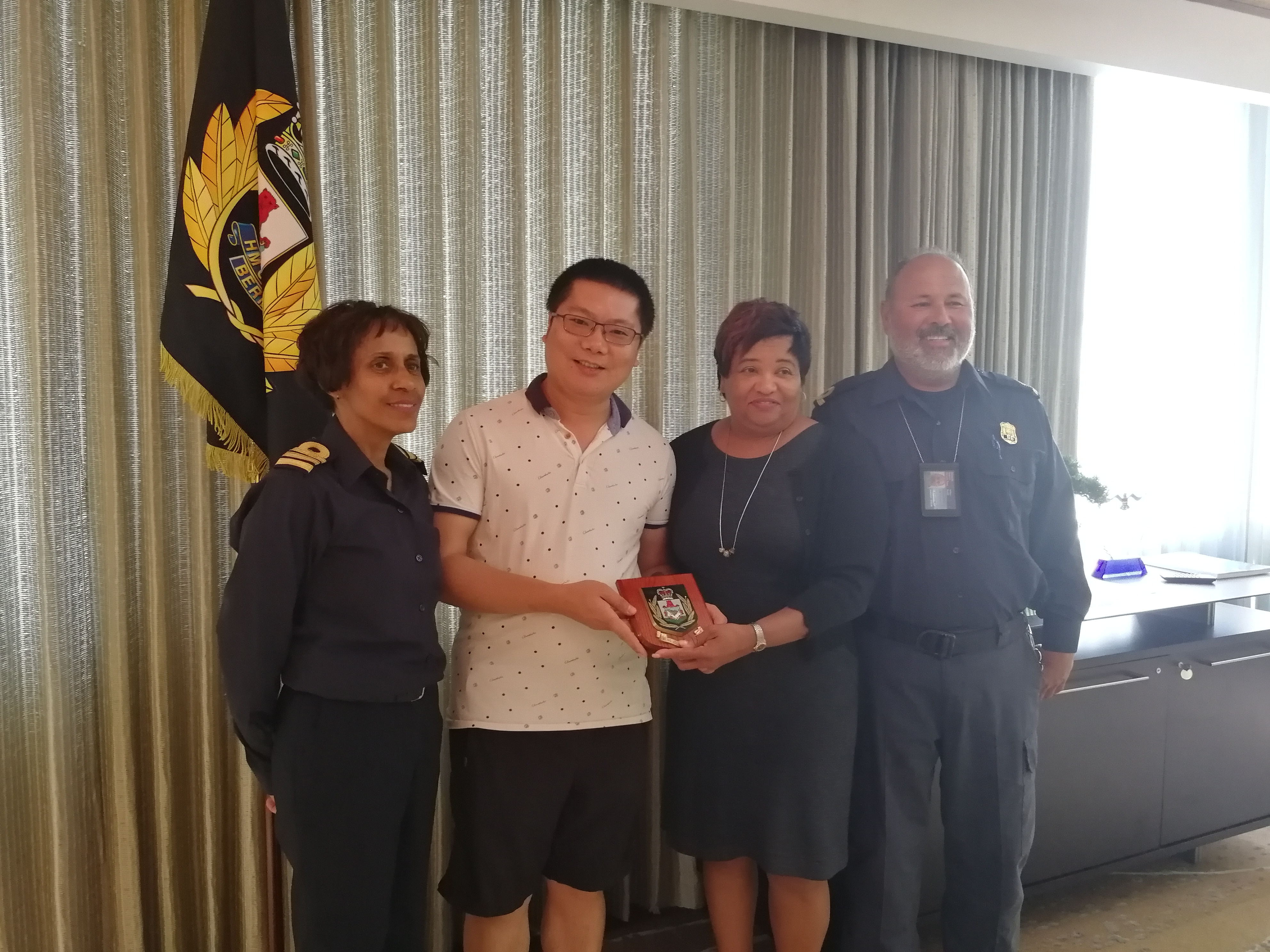 NUCTECH's Engineer Feng Jie was Awarded a Medal by Bermuda Customs